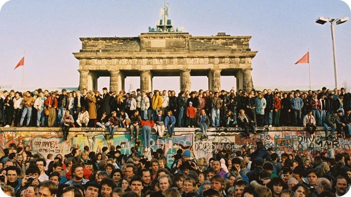 mauerfall-1989-berlin-tanz-auf-der-mauer_aa