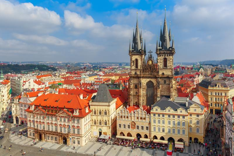 1_ext_Tyn Church in Prague_bg
